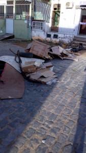 Na manhã de ontem, terça-feira (9), moradores da Avenida Uberlândia, no bairro do Malhado, em Ilhéus, interditaram a rua devido a