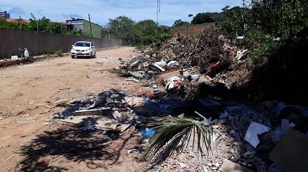 A obra da Creche Escola, localizada na rua do CAIC, no Loteamento Santo Antônio de Pádua, divisa com o bairro Hernani Sá, zona sul de Ilhéus está completamente abandonada.