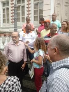 Prefeito em exercício, José Nazal, expôs decretos na entrada do Palácio Paranaguá. Foto que circula no Whatsaap.